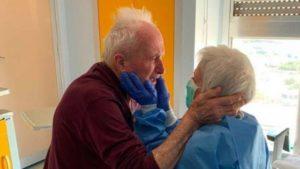 Abraço de reencontro de idosos casados há 52 anos viraliza depois de vencerem covid-19