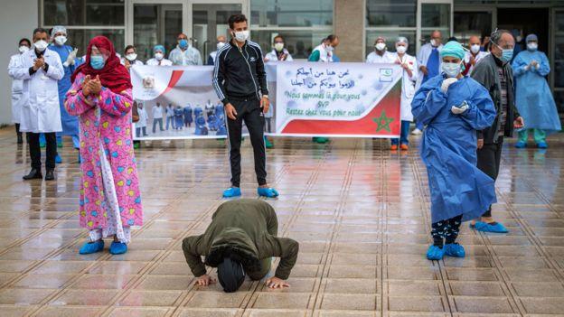 Paciente do Covid-19 beija o chão deixando hospital em Marrocos