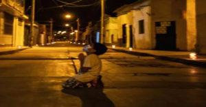 Menino de 6 anos ora a Deus sozinho em meio a rua deserta pedindo que a pandemia acabe logo para rever seus avós que estão isolados