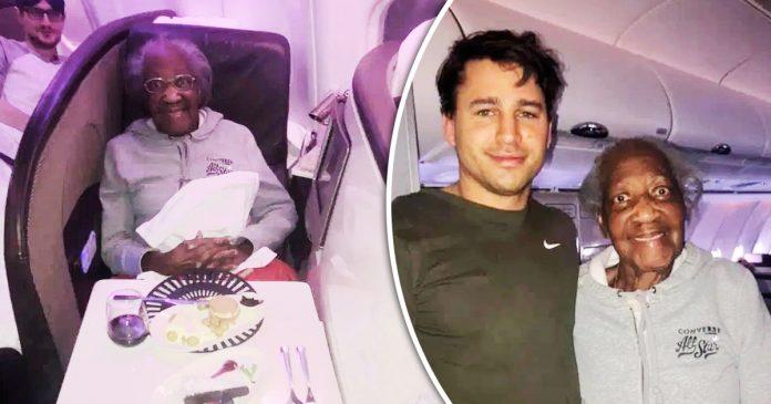Homem dá seu assento de primeira classe a uma idosa de 88 anos e ele se senta ao lado do banheiro na classe econômica