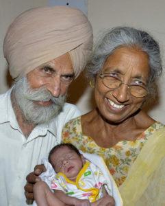 Mulher dá à luz aos 72 anos de idade e se torna a mãe mais velha do mundo