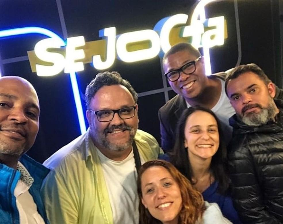 Jornalista e roteirista Marcio Tadeu dos Santos durante as gravações do programa 'Se Joga' — Foto: Reprodução/Facebook