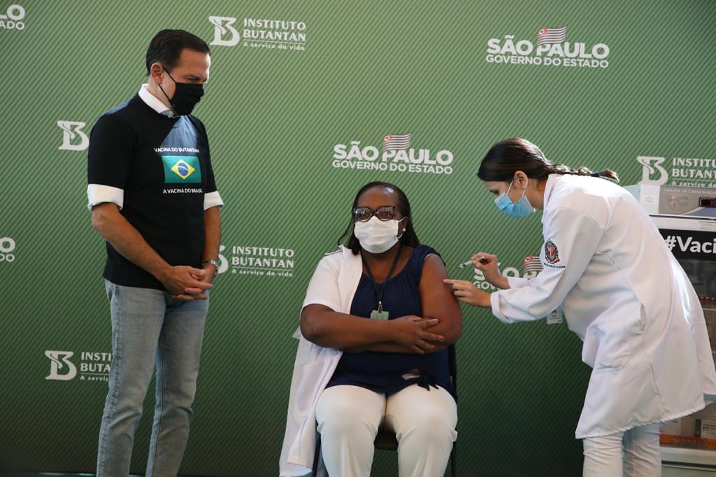 primeira-pessoa-sendo-vacinada-no-brasil